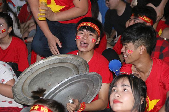 Người đẹp gõ thủng chảo ăn mừng ĐT Việt Nam vô địch - 10