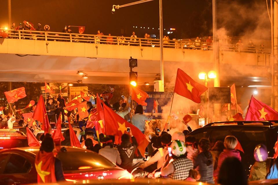 Người Việt có một tình yêu bóng đá kỳ lạ như thế - 3