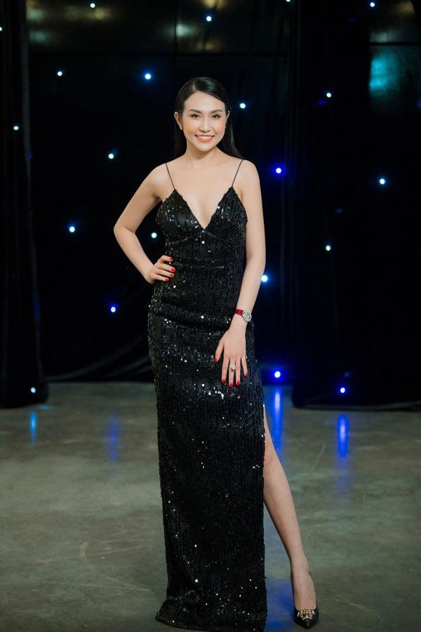 Mặc tiết trời rét buốt, bà xã Tuấn Hưng vẫn diện váy khoe vòng 1 - 1
