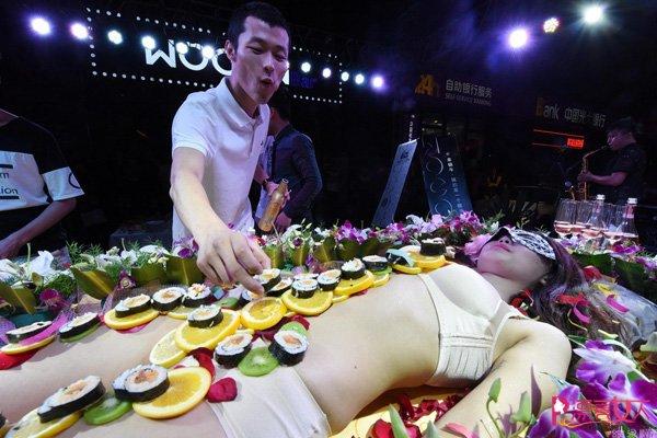 """Mẫu bày sushi lên người: Ngoài đẹp, phải còn """"cái ngàn vàng"""", nhóm máu A - 1"""