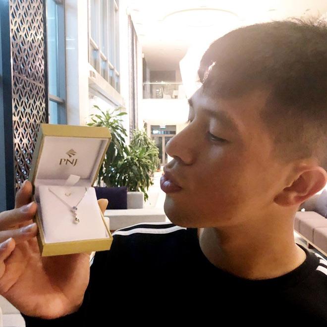 """Chu đáo như Trọng """"Sơ vin"""": Tặng dây chuyền còn dặn bạn gái nhớ ước vì món quà này linh lắm - 1"""