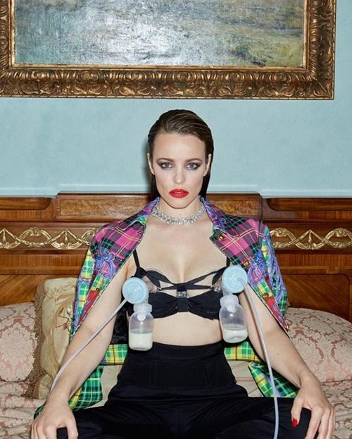 """""""Cô gái xấu tính"""" gây sốc khi vắt sữa trên bìa tạp chí thời trang - 1"""