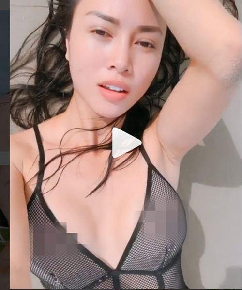 """""""Bom sex"""" Vũ Ngọc Anh thôi miên người nhìn với áo tắm nhỏ xíu"""