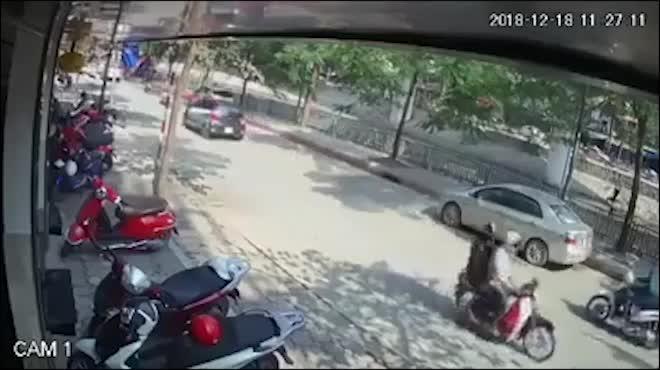 Ngã văng sau cú đâm vào 'cánh tay tử thần', tài xế xe máy bị ô tô tải cán qua người