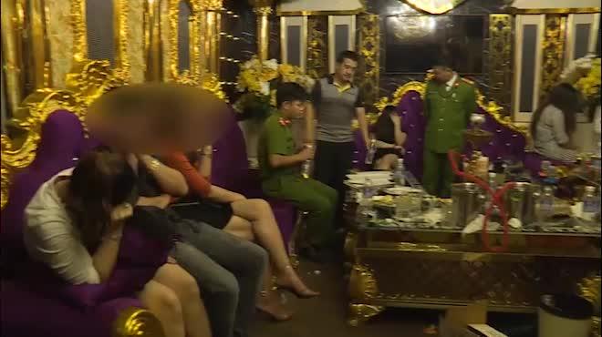 Clip cận cảnh bắt quả tang 13 người đang 'bay, lắc' trong 'tiệc' ma túy