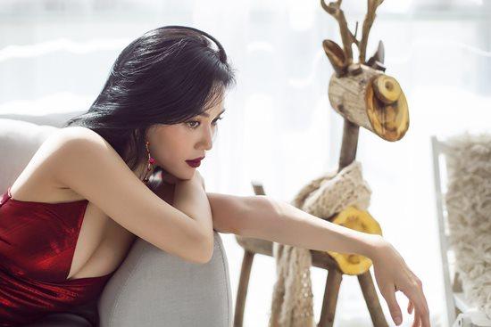 """Mặc sexy trong bộ ảnh Giáng sinh, Sĩ Thanh khiến fan """"chao đảo"""" vì quá gợi cảm - 1"""