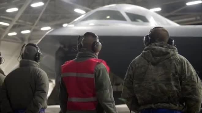Xem oanh tạc cơ uy lực nhất Mỹ thả liền hai siêu bom nặng 14 tấn