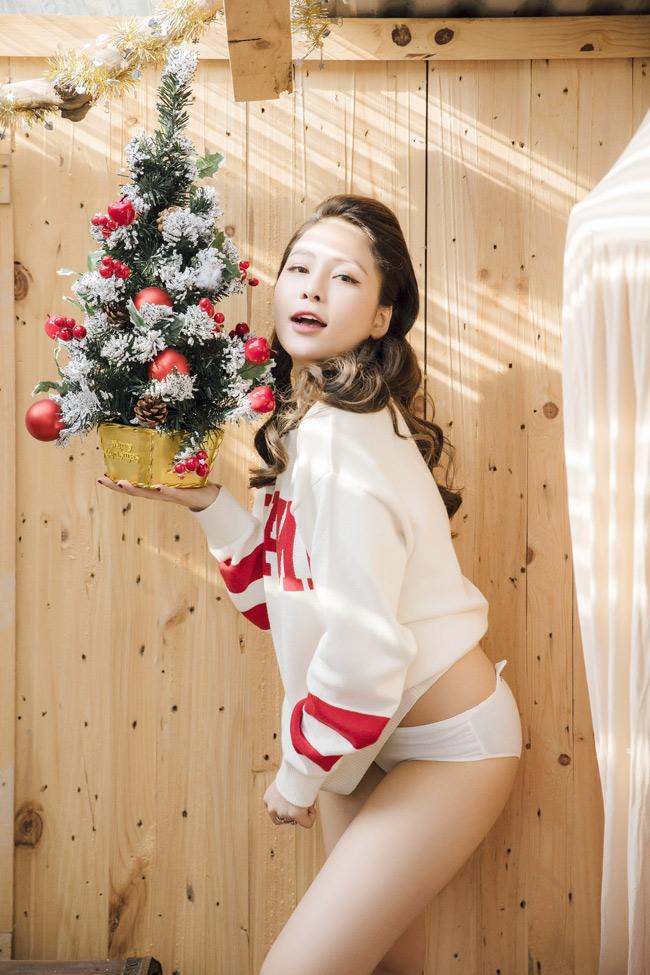 Cô nàng đón Noel với trang phục lạ mắt: áo len màu trắng kết hợp với nội y màu trắng và vàng.