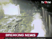Hãi hùng cảnh sóng thần phá tung cổng, cuốn người ở Indonesia