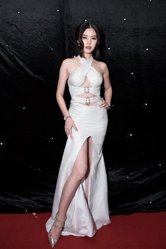 Hoa hậu 'con nhà giàu' Jolie Nguyễn mặc trang phục thách thức người nhìn - 1
