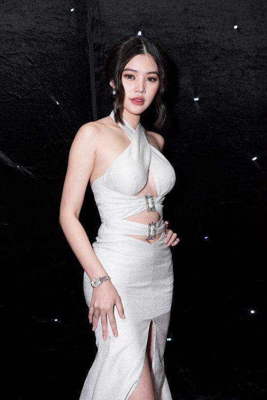 """Hoa hậu """"con nhà giàu"""" Jolie Nguyễn mặc trang phục thách thức người nhìn"""
