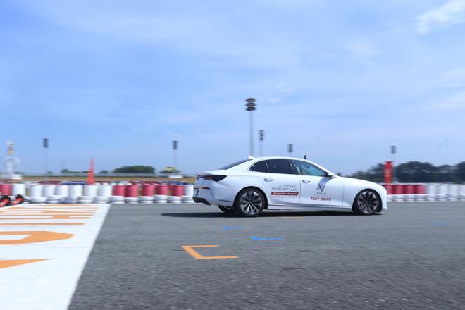Cùng chuyên gia quốc tế lái thử xe Vinfast tại trường đua Đại Nam - 16