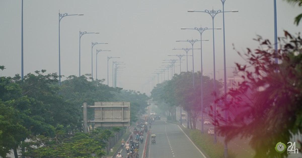 Bầu trời mù mịt đến khó tin ở đại lộ Võ Văn Kiệt sáng 6/10 - Tin tức 24h