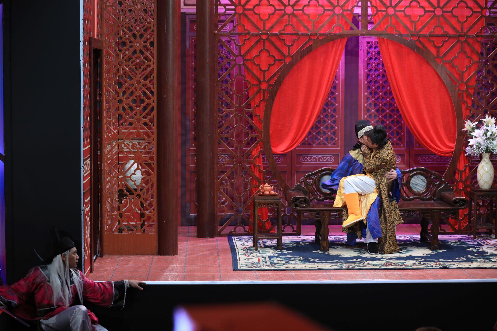 Nam diễn viên khóc xin lỗi Hari Won lại gây sốc với màn hôn đồng giới - 3