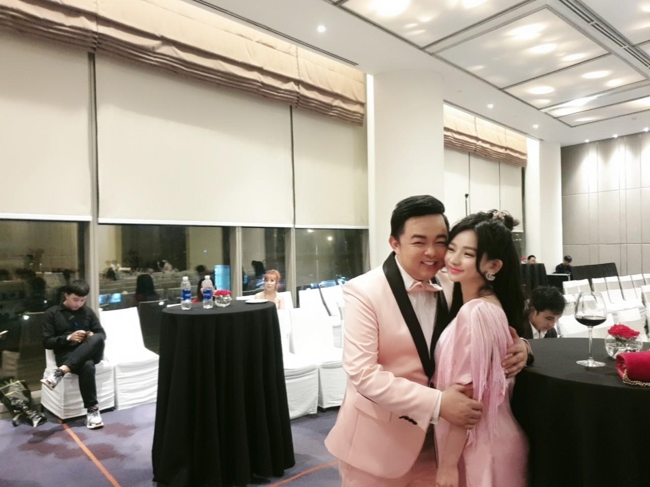 Hot girl nóng bỏng Quang Lê ôm hôn công khai giữa chốn đông người là ai? - 2