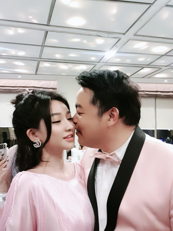 Hot girl nóng bỏng Quang Lê ôm hôn công khai giữa chốn đông người là ai? - 3