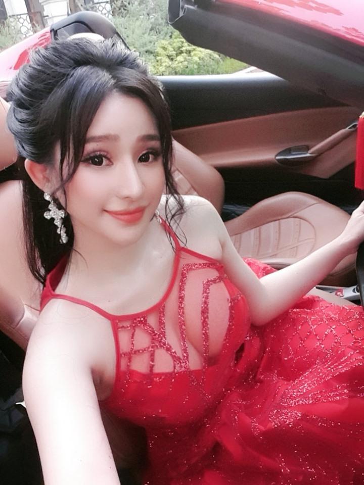 Hot girl nóng bỏng Quang Lê ôm hôn công khai giữa chốn đông người là ai? - 7