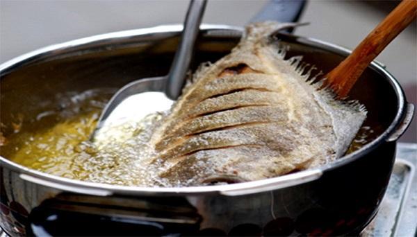 Bó túi 5 mẹo này để cá rán luôn vàng giòn, không bị dính chảo
