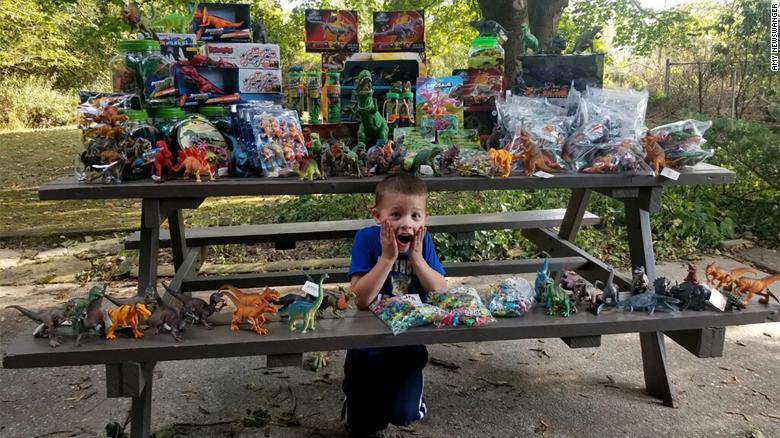 Mừng sinh nhật 5 tuổi, cậu bé dành tặng hàng nghìn đồ chơi cho bệnh viện chữa khỏi ung thư cho mình - 1