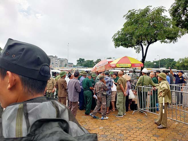 Thương binh trèo cổng VFF đòi mua vé ĐT Việt Nam đấu Malaysia - 1
