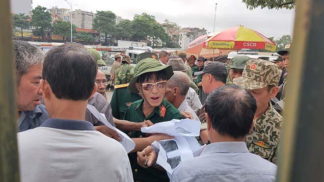 Thương binh trèo cổng VFF đòi mua vé ĐT Việt Nam đấu Malaysia - 4