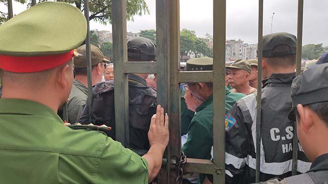 Thương binh trèo cổng VFF đòi mua vé ĐT Việt Nam đấu Malaysia - 6
