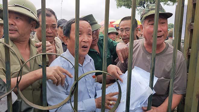 Thương binh trèo cổng VFF đòi mua vé ĐT Việt Nam đấu Malaysia - 7