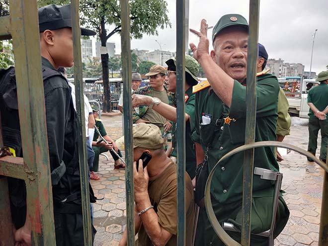 Thương binh trèo cổng VFF đòi mua vé ĐT Việt Nam đấu Malaysia - 8