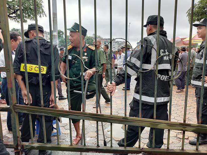 Thương binh trèo cổng VFF đòi mua vé ĐT Việt Nam đấu Malaysia - 10