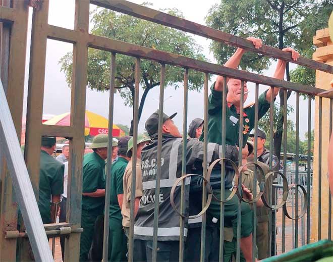 Thương binh trèo cổng VFF đòi mua vé ĐT Việt Nam đấu Malaysia - 12