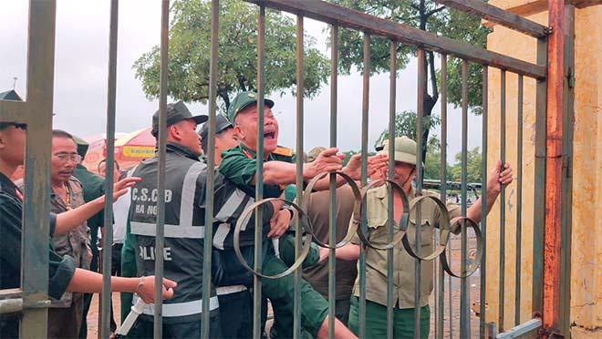 Thương binh trèo cổng VFF đòi mua vé ĐT Việt Nam đấu Malaysia - 13
