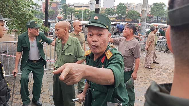 Thương binh trèo cổng VFF đòi mua vé ĐT Việt Nam đấu Malaysia - 2