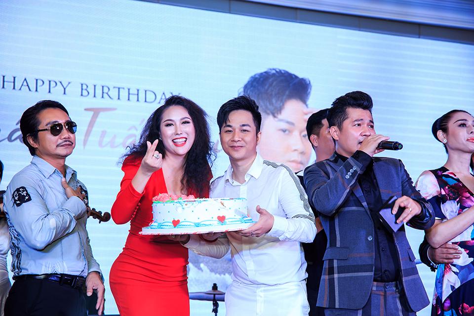 """Ngọc Sơn tặng vàng, Quang Lê còn chơi lớn hơn ở sinh nhật """"ông hoàng Bolero remix"""" - 7"""