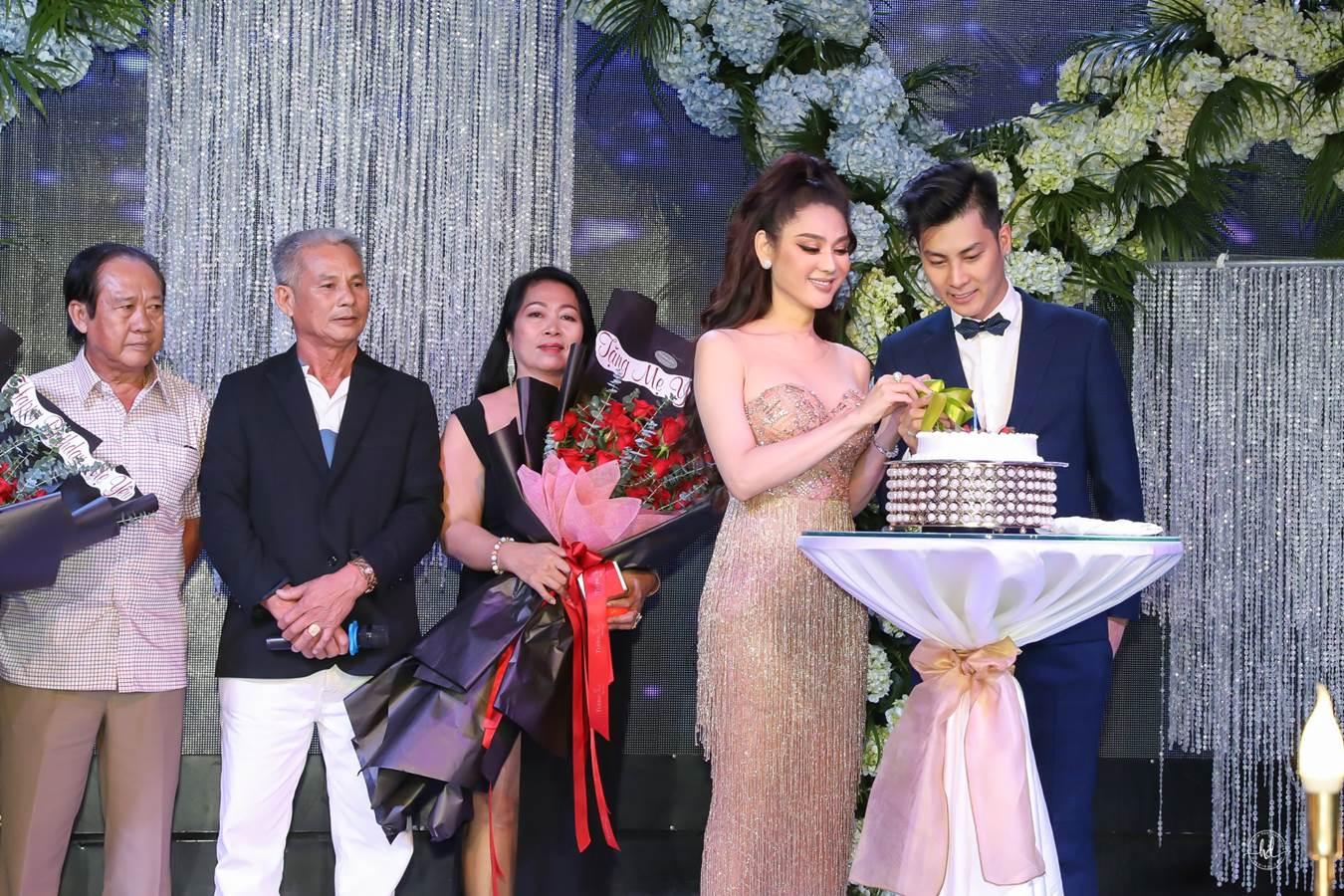 Quý tử do Lâm Khánh Chi nhờ người mang thai hộ nhận đầy quà bằng vàng - 9