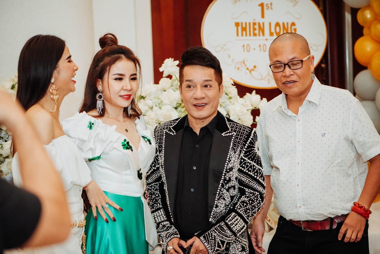 Quý tử do Lâm Khánh Chi nhờ người mang thai hộ nhận đầy quà bằng vàng - 14