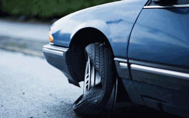 Cách xử lý tình huống nổ lốp giữa đường khi xe đang di chuyển? - 1