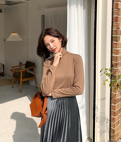 4 công thức mặc đẹp miễn chê với áo thun cổ lọ - 2