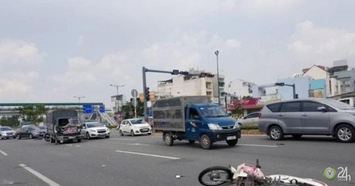 Một phụ nữ văng lên kính xe tải rồi rơi xuống đường ở Thủ Đức - Tin tức 24h