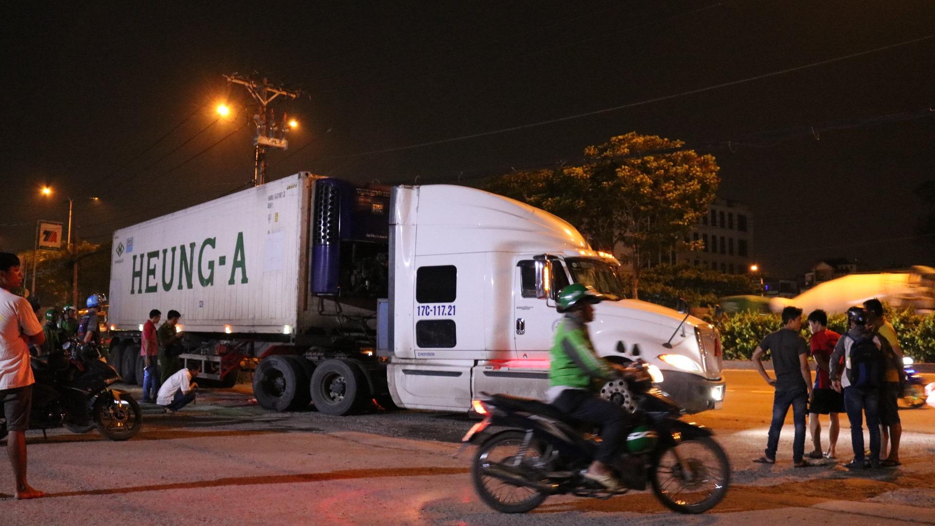 Tài xế xe container bật khóc sau khi cán chết người ngủ trên lề đường - 1