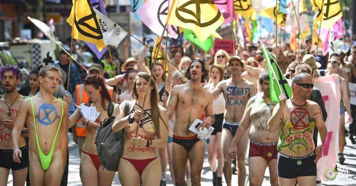 Hàng trăm người khỏa thân tuần hành kêu gọi bảo vệ môi trường