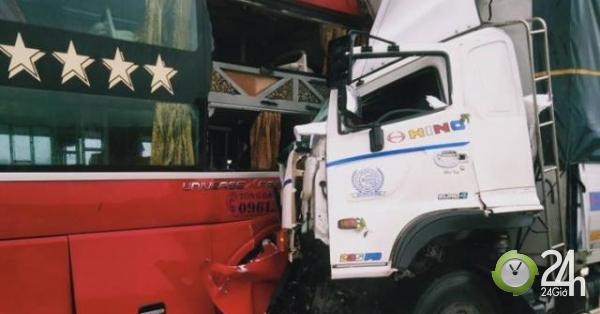 Xe tải nát bét sau cú đấu đầu xe khách, 1 người chết, hàng chục người bị thương - Tin tức 24h