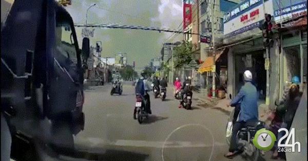 Phát hoảng với clip xe tải chèn ép, suýt đâm vào thanh niên chạy xe máy trên phố - Tin tức 24h