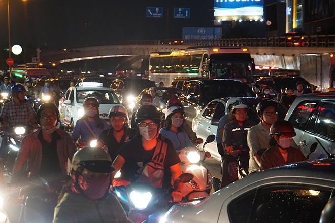 """Cửa ngõ sân bay Tân Sơn Nhất """"tê liệt"""", ô tô ken đặc trên đường - 4"""