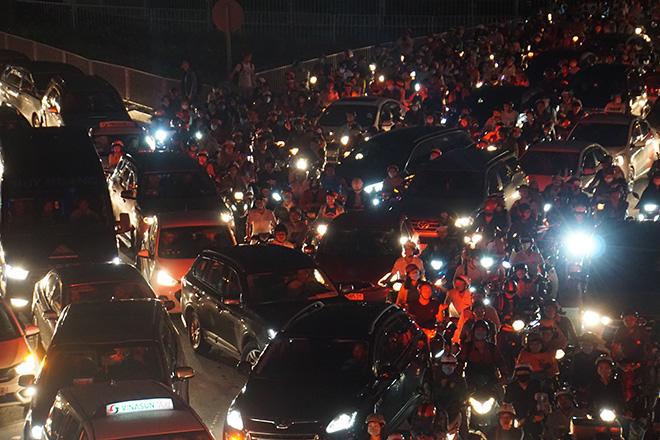 """Cửa ngõ sân bay Tân Sơn Nhất """"tê liệt"""", ô tô ken đặc trên đường - 3"""