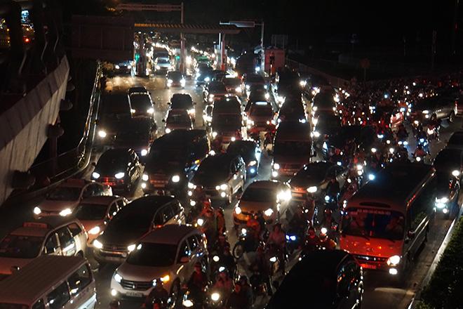"""Cửa ngõ sân bay Tân Sơn Nhất """"tê liệt"""", ô tô ken đặc trên đường - 2"""
