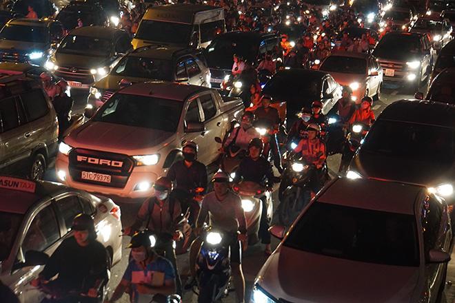 """Cửa ngõ sân bay Tân Sơn Nhất """"tê liệt"""", ô tô ken đặc trên đường - 6"""