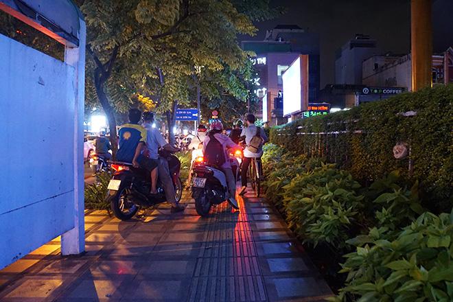 """Cửa ngõ sân bay Tân Sơn Nhất """"tê liệt"""", ô tô ken đặc trên đường - 8"""