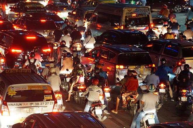 """Cửa ngõ sân bay Tân Sơn Nhất """"tê liệt"""", ô tô ken đặc trên đường - 5"""