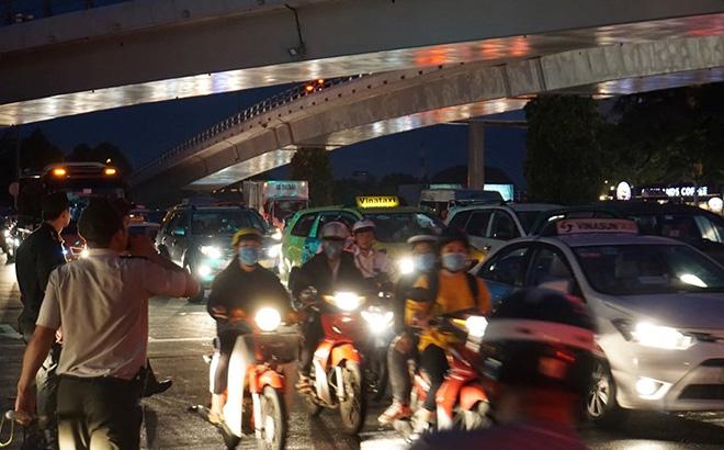 """Cửa ngõ sân bay Tân Sơn Nhất """"tê liệt"""", ô tô ken đặc trên đường - 10"""