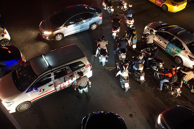 """Cửa ngõ sân bay Tân Sơn Nhất """"tê liệt"""", ô tô ken đặc trên đường - 7"""
